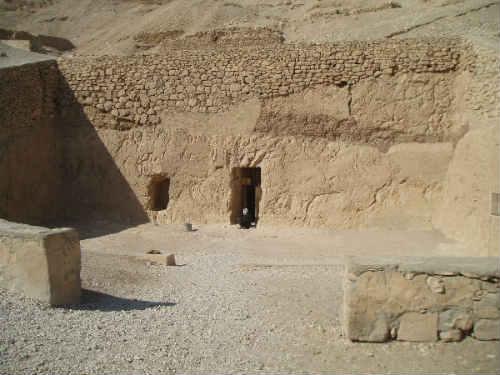 Fachada de la TT 100 en Luxor ( fotografía extraida de http://www.megalithic.co.uk )