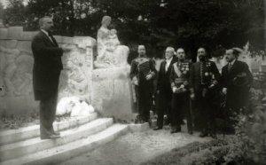 Barrenechea inaugurando un conjunto escultórico en Santander, h1920.