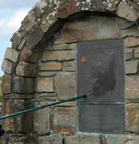 Al pie de la carretera se encuentra el acceso al monumento con esta placa.