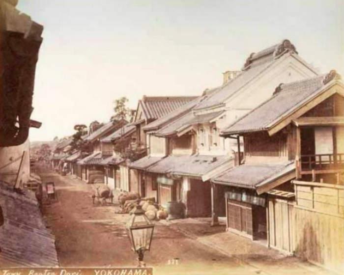 """Benten-dori Yokohama"" de Uichi [1870]. Esta imagen aparece en multitud de álbumes de Kimbei."