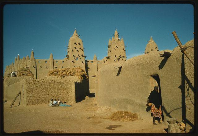 Mezquita en el estilo clásico de Malí; tan grandes mezquitas generalmente contenían una universidad donde se les enseñaba el Corán, los estudios islámicos, la historia, el derecho, y la gramática
