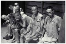 Sala de hospital militar americano en Gusen. Antiguos presos que aún mostraban evidentes secuelas. F. Boix
