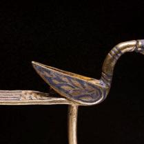 Broche de oro con forma de pájaro.Robert Clarck para NG.