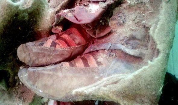 Las susodichas zapatillas 'ADIDAS', que no son más que un calzado con cuerdas, que también podrían haber dicho zapatilla clásica de bailar malagueñas XD
