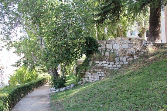 lugar en donde la antigua muralla está siendo vandalizada (enfrente de la plaza de armas del Palacio de Oriente)