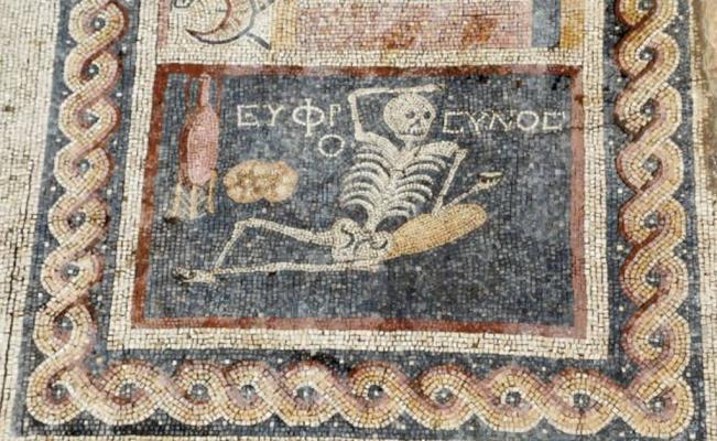 Y este simpático esqueleto te aconseja: 'Alégrate, disfruta de la vida'. Un Carpe Diem en toda regla ;). FOTO: Agencia Anadolu