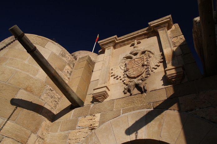 Escudo de Carlos I en la Puerta de Santiago de la ciudadela de Melilla