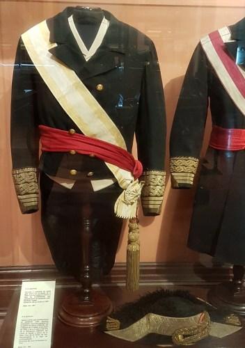 Bicornio y Uniforme de media gala (frac) del almirante en el Museo Naval en Madrid