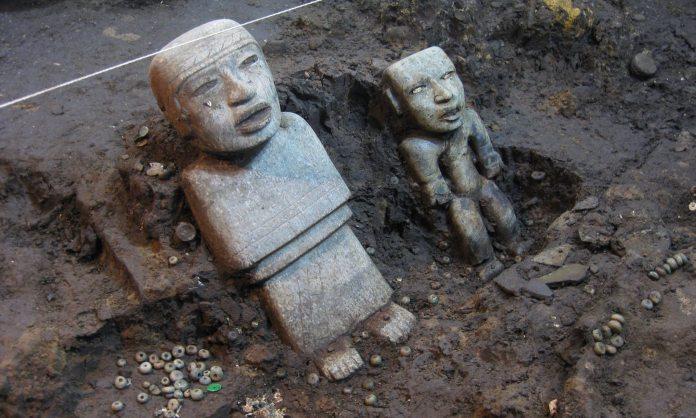 Dos de las estatuas encontradas de pie en el túnel. Fotografía: INAH / Proyecto Tlalocan.