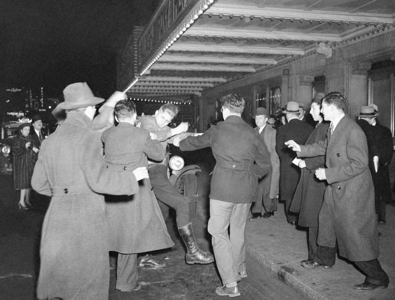 Manifestación antifascista a las puertas del congreso nazi en Nueva York (Foto: Murray Becker / AP )