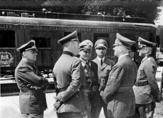 Desde la izquierda: Joachim von Ribbentrop, Wilhelm Keitel, Hermann Göring, Rudolf Hess, Adolf Hitler y Walther von Brauchitsch delante del vagón de Compiègne.