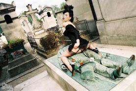 Dita Von Teese en la tumba de Victor Noir