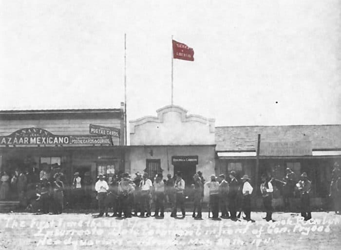 """Bandera de """"Tierra y Libertad"""" en Tijuana, mayo de 1911."""