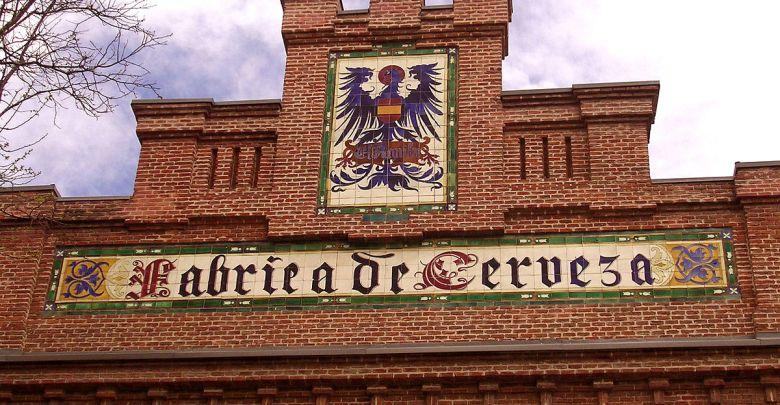 Fábrica de cerveza El Águila (actualmente Biblioteca Regional Joaquín Leguina), justo en frente de la estación de Delicias.