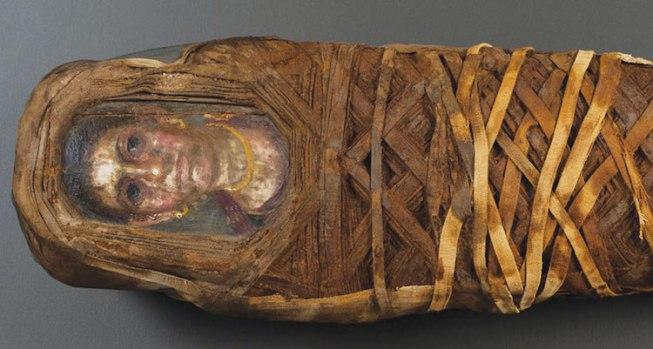 La momia Hibbard, actualmente en exhibición en la Northwestern University. Su retrato se aferra al cuerpo de una niña de cinco años