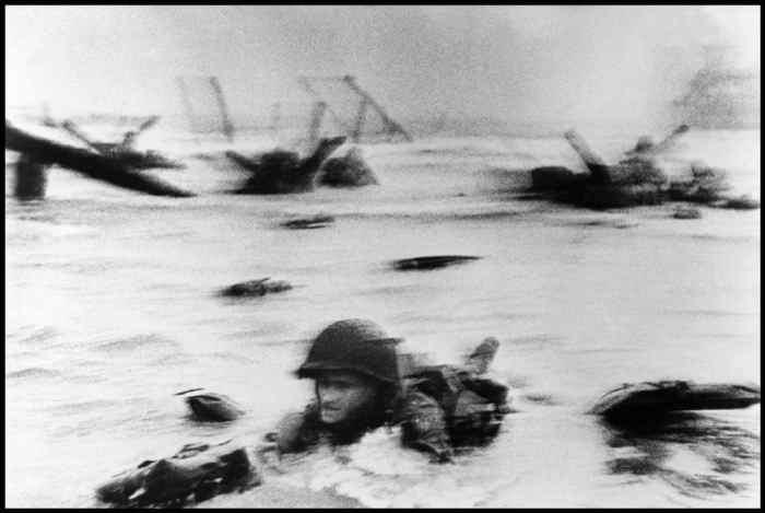 Tropas estadounidenses toman Omaha Beach durante el desembarco de Normandía Robert Capa, International Center of Photography