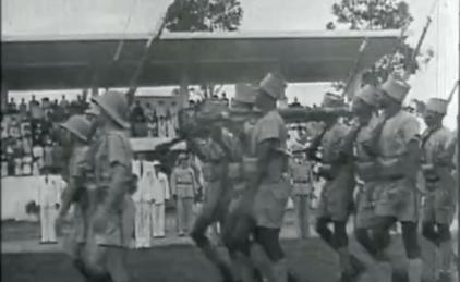 El General De Gaulle revistando a las tropas coloniales en Libreville, capital de Gabón (imagen: Gallica)
