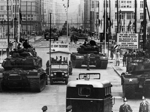 Checkpoint charlie EEUU URSS RDA RFA Guerra Fria Berlin muro