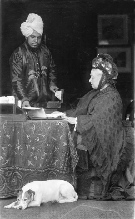 La reina Victoria con su secretario personal Abdul Karim