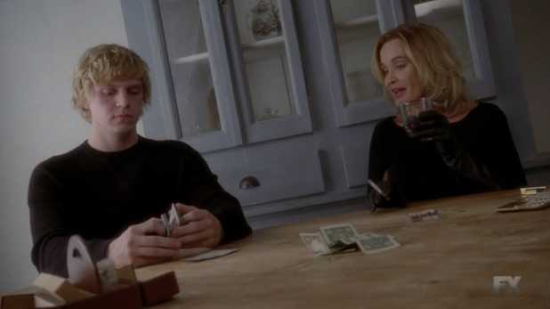 Fiona devuelve la inteligencia a Kyle para hacerlo el guardián del aquelarre