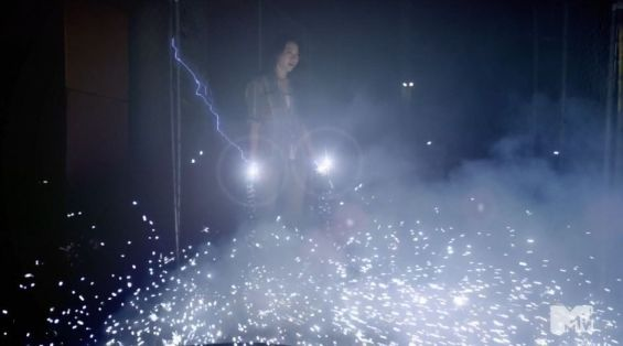 Teen Wolf 3x14 More Bad Than God Kira iluminada