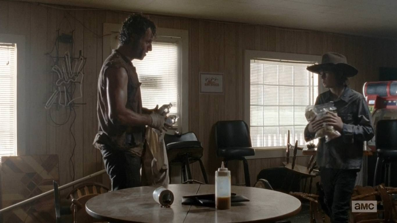 The Walking Dead 4x09 After - Carl comprende que la supervivencia no sólo se basa en la parte bélica