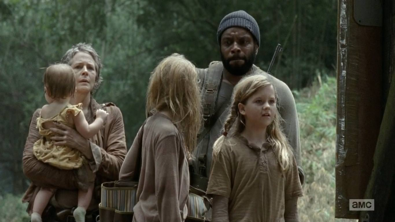 The Walking Dead 4x10 Inmates - Carol, Tyresse y las niñas Judith, Lizzie y Mika se dirigen, siguiendo las vías del tren, hacia el Santuario