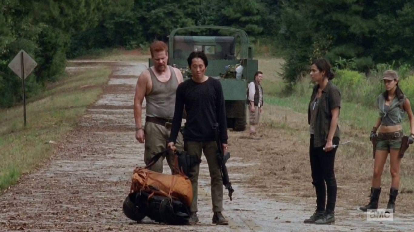 The Walking Dead 4x11 Claimed - El grupo de Glenn justo antes de ser atacados por caminantes