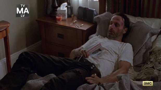 The Walking Dead 4x11 Claimed - Rick justo al descubrir que hay visitantes en la casa