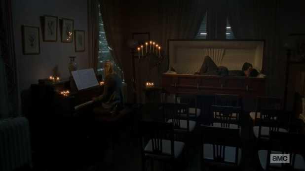The Walking Dead 4x13 Alone - Beth canta a piano a Daryl, que duerme en un ataúd