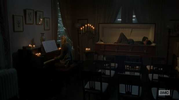 The Walking Dead 4x13 Alone - Beth canta a piano a Daryl, que duerme en un ataúd