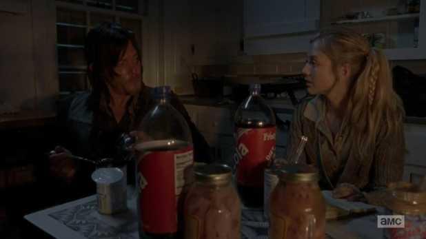 The Walking Dead 4x13 Alone - Beth le hace ojitos a Daryl