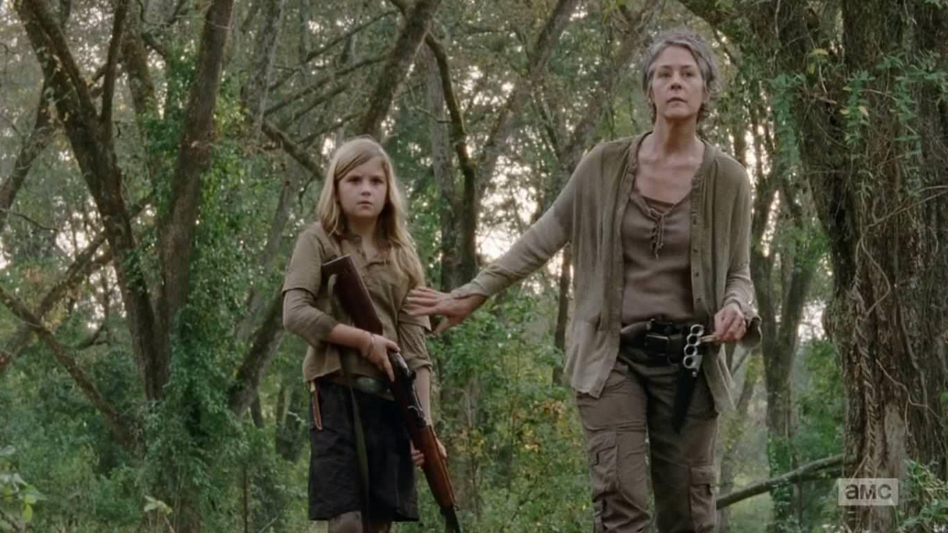 The Walking Dead 4x14 The Grove - Carol adiestra a Mika a ser más fuerte con las armas