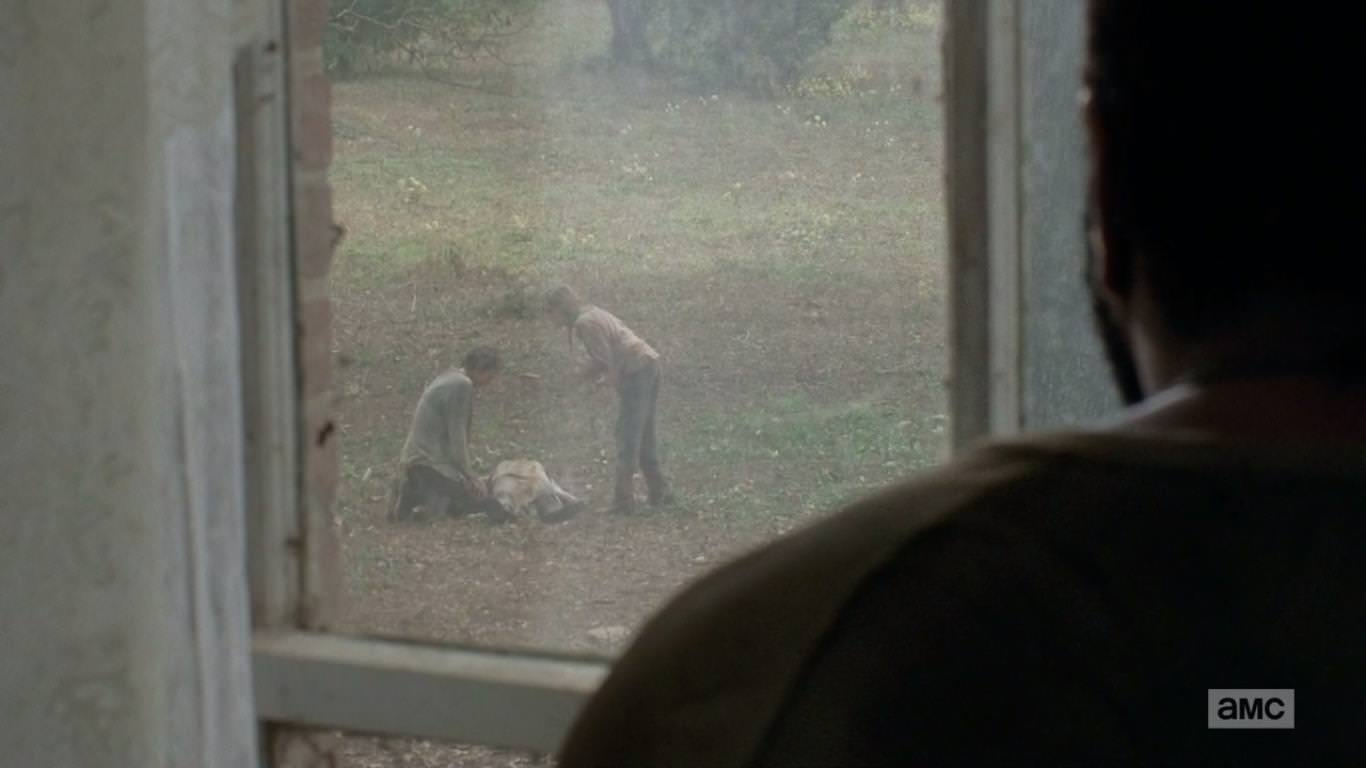 The Walking Dead 4x14 The Grove - Lizzie se enfrenta a Carol tras la muerte de Griselda