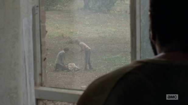 The Walking Dead 4x14 The Grove - Lizzie se enfrenta a Carol tras la muerte de Griselda