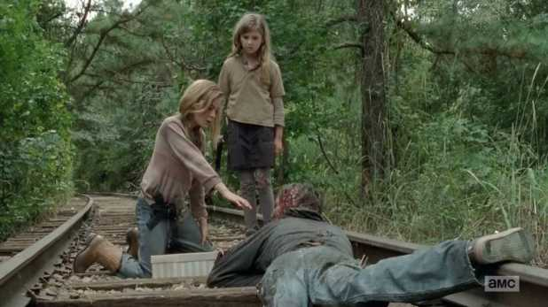The Walking Dead 4x14 The Grove - Lizzie siente la llamada de ser una caminante