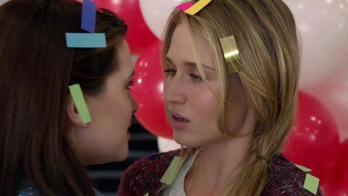 Crítica de Faking it de MTV: Karma (Katie Stevens) está encantada con la nueva situación pero Amy (Rita Volk) no está muy por la labor.