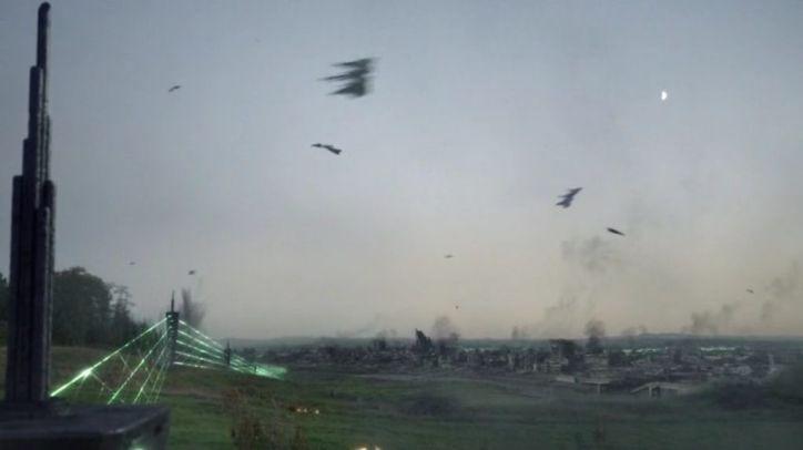 Falling Skies 4x01: Los spheni han separado a la 2ª Mass y han recluido a algunos supervivientes en guetos.
