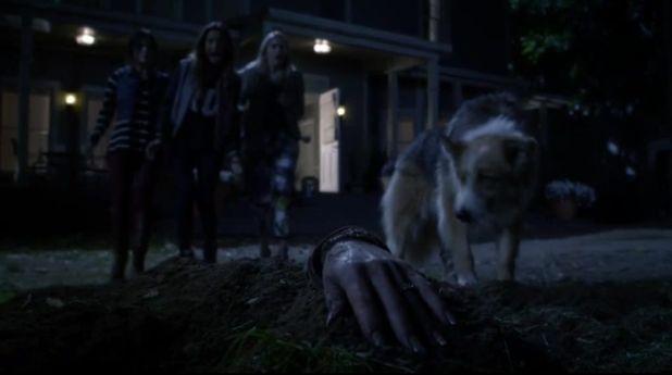 Pretty Little Liars 5x02: La señora DiLaurentis aparece enterrada en el jardín de su casa ante la sorpresa de todos.