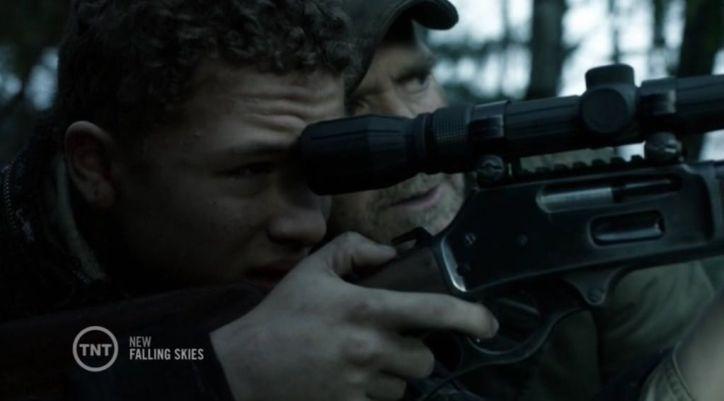 Falling Skies 4x05: Matt intenta disparar a los captores de su padre, pero finalmente no puede hacerlo y sigue rechazando la violencia.