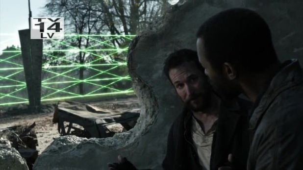 Falling Skies 4x03: Tom y Dingaan repasan el plan de asalto a la valla eléctrica que les encierra.