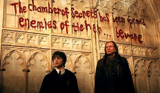 La cámara de los secretos ha sido abierta en Harry Potter and the Chamber of Secrets