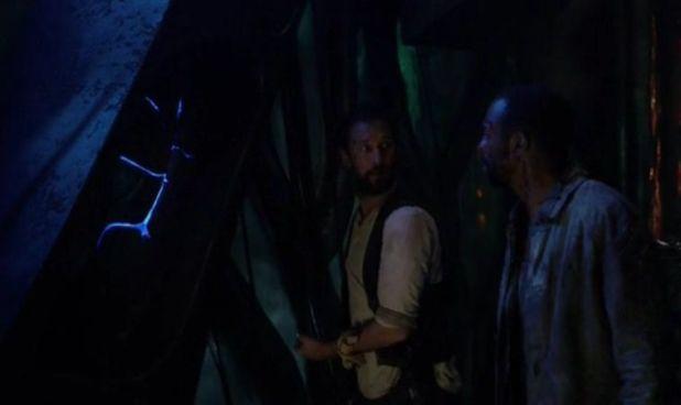 Falling Skies 4x08: Tom y Dingaan quedan atrapados en un beamer con una bomba a punto de explotar en su interior.