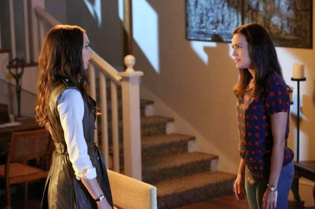 Pretty Little Liars 5x10: Melissa responde con miedo cuando Spencer le cuestiona sobre la grabadora que perdió.