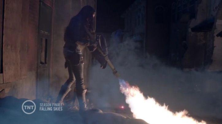 Falling Skies 4x12: Anne descubre que el fuego hace retroceder a la niebla y los bichos y lo utiliza para ayudar a Matt y Weaver.