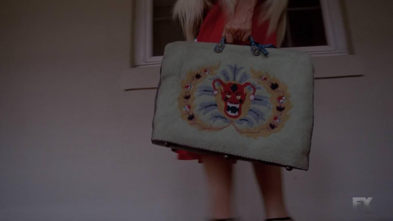 American Horror Story Freak Show 4x01 - Cabecera de la cuarta temporada - Elsa va en busca de seres con deformaciones para su circo