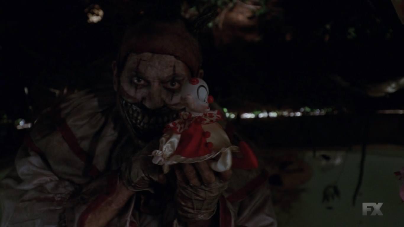 American Horror Story Freak Show 4x01 - Cabecera de la cuarta temporada - El payaso asesino es el gran antagonista de la cuarta temporada