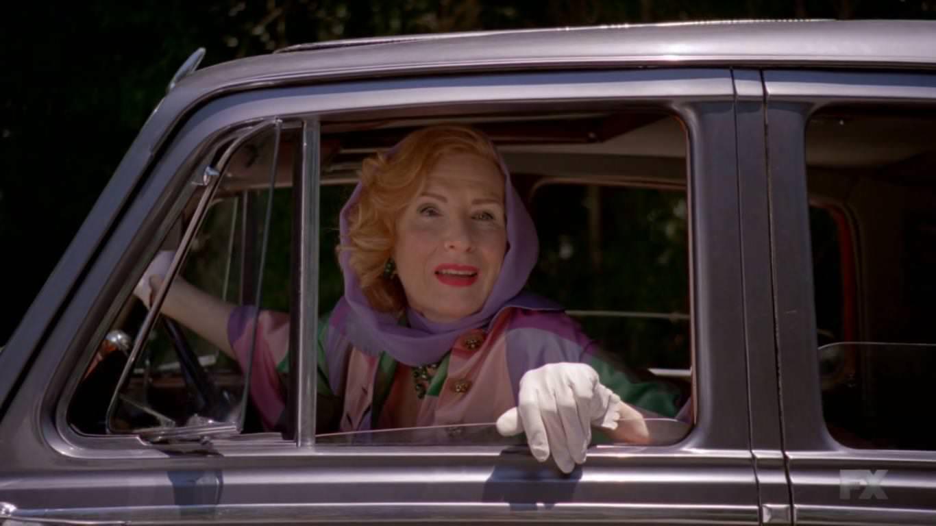 American Horror Story Freak Show 4x02 - Gloria encuentra en Twisty un entretenimiento para su hijo Dandy