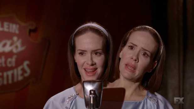American Horror Story Freak Show 4x02 - Bette descubre con espanto el éxito de su gemela Dot