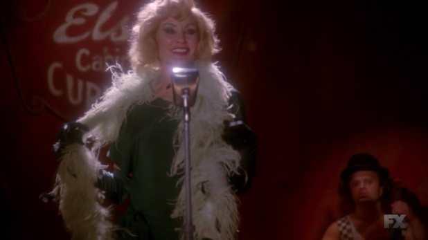 American Horror Story Freak Show 4x03 - Elsa cree la estafa de Esmerelda